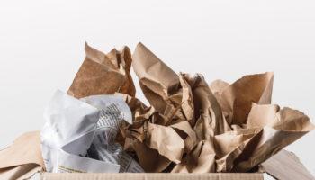 Oud papier afval scheiden