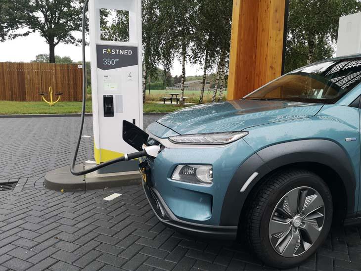 Elektrische auto rijden laadstation