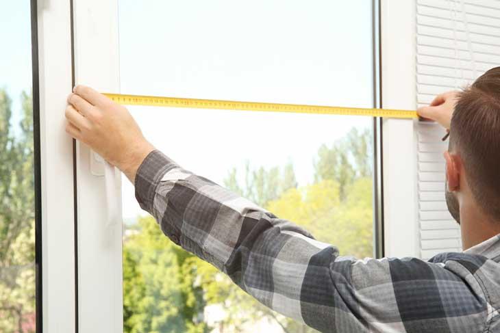 Naden en kieren dichten bij het raam opmeten