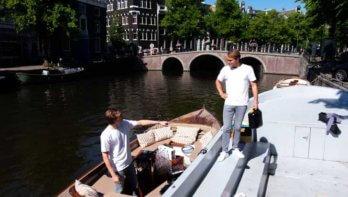 Drinken uit de Amsterdamse gracht