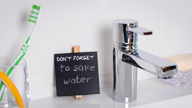 Water besparen in de badkamer met tanden poetsen